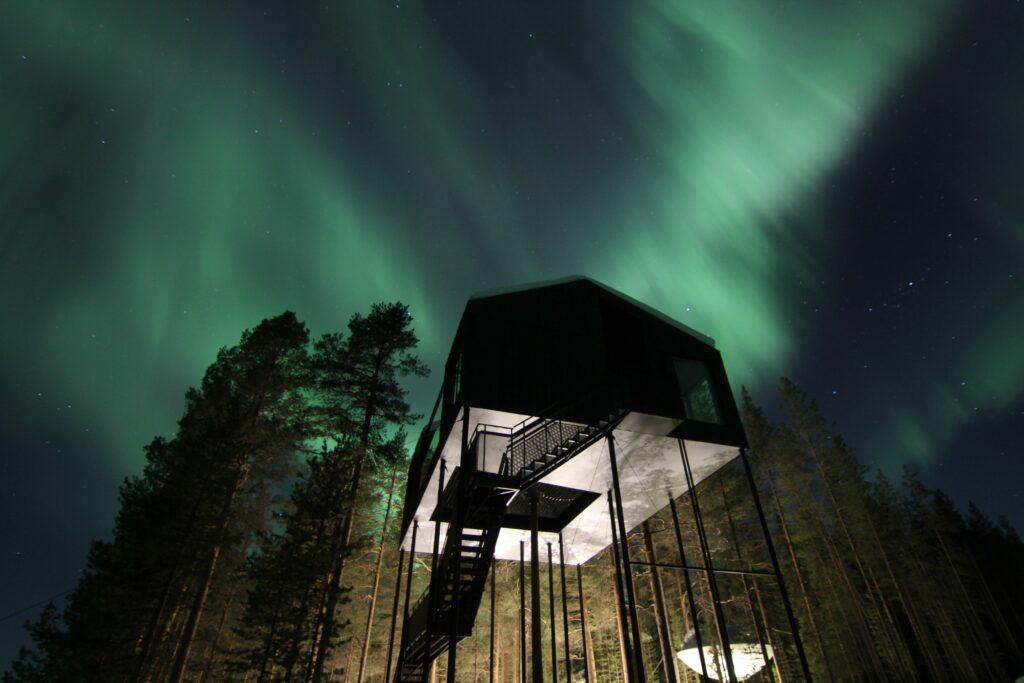 Norrsken (aurora borealis) vid Tree Hotel
